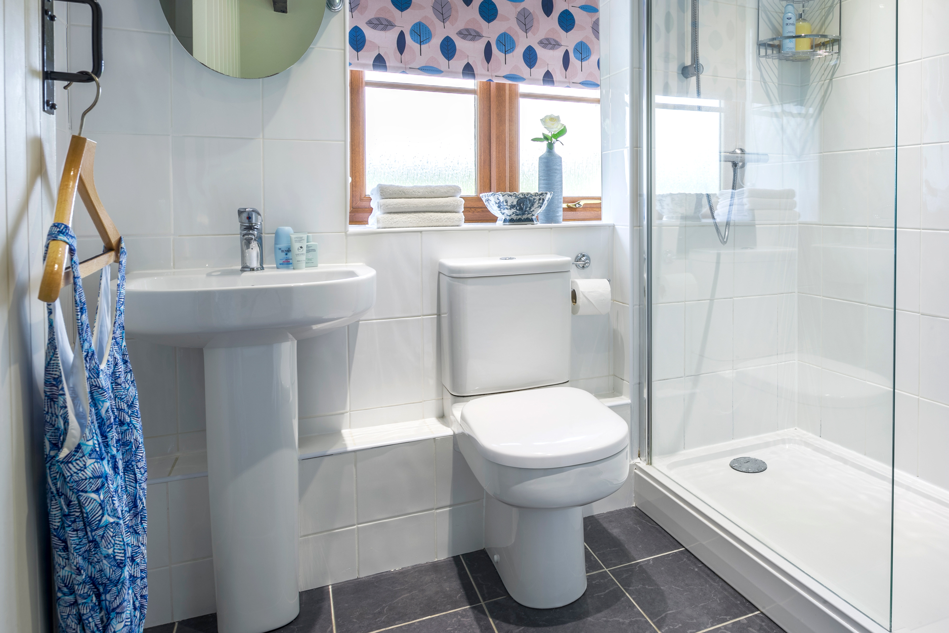 tregongeeves-farm-cottages-holiday-cornwall-st-austell-hedgerows-bathroom