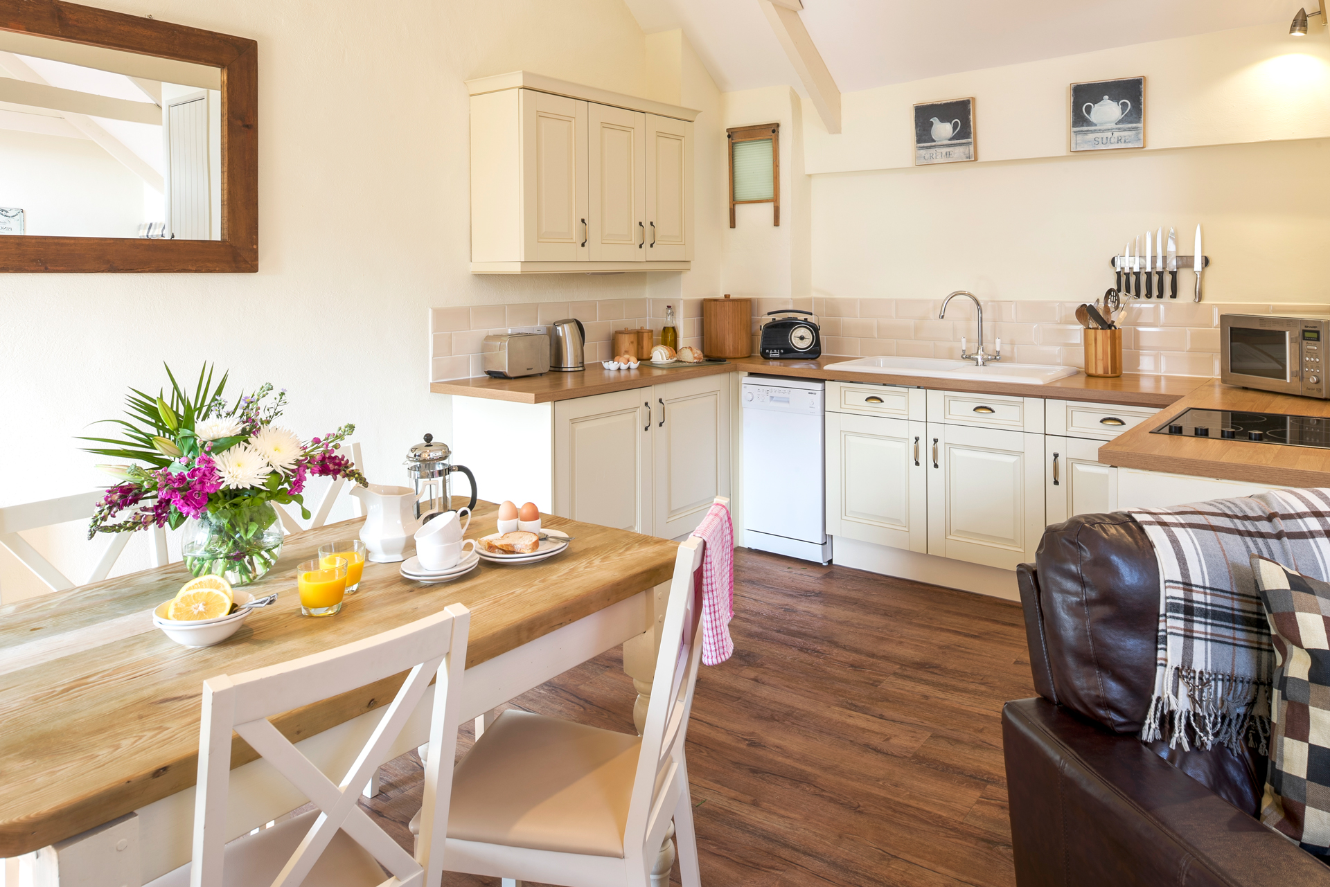 tregongeeves-farm-cottages-holiday-cornwall-st-austell-quakers-kitchen-2