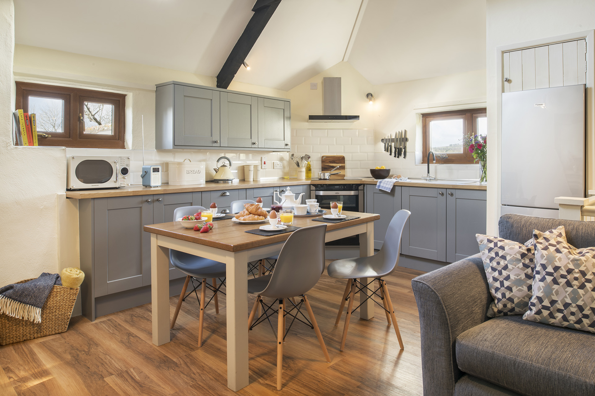tregongeeves-farm-cottages-holiday-cornwall-st-austell-hedgerows-kitchen