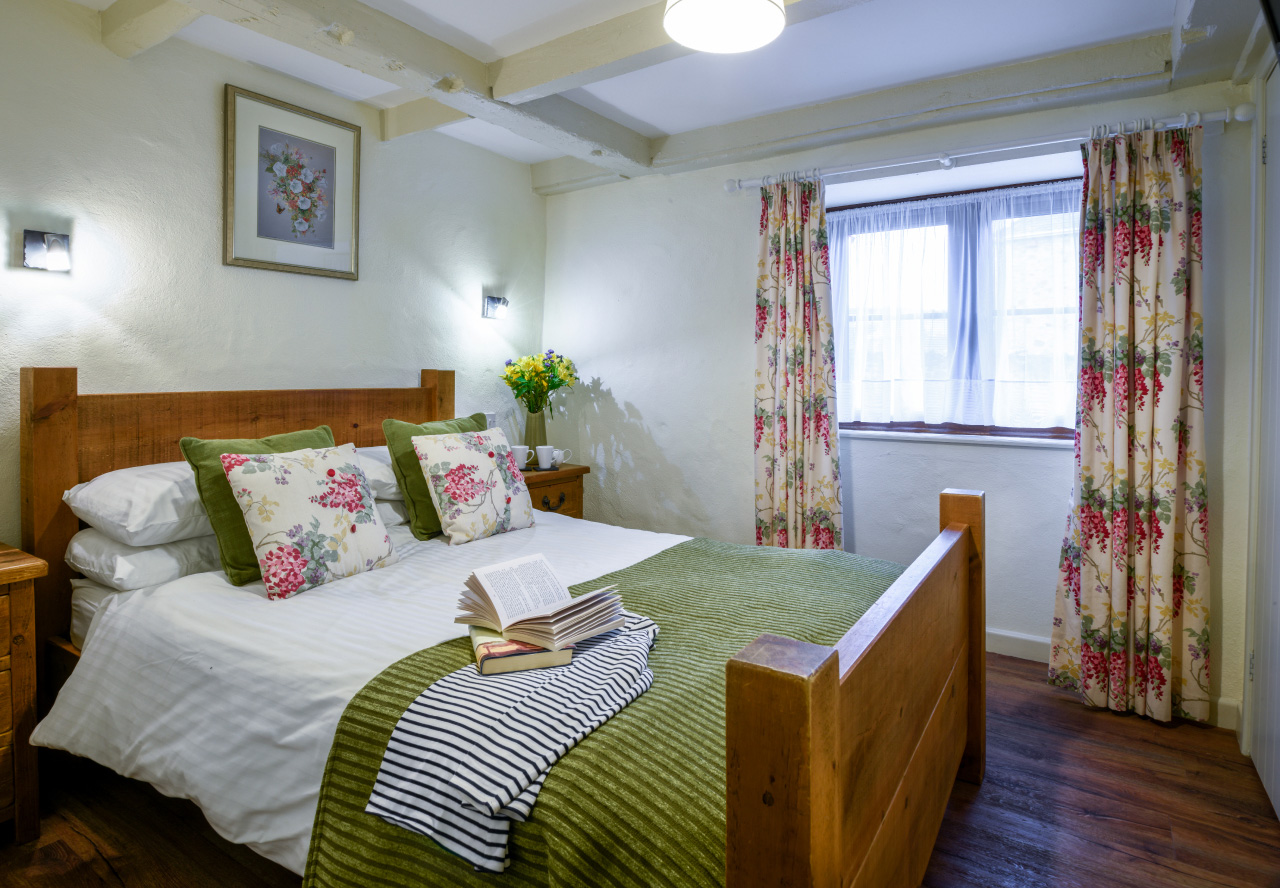 tregongeeves-farm-cottage-quakers-bedroom