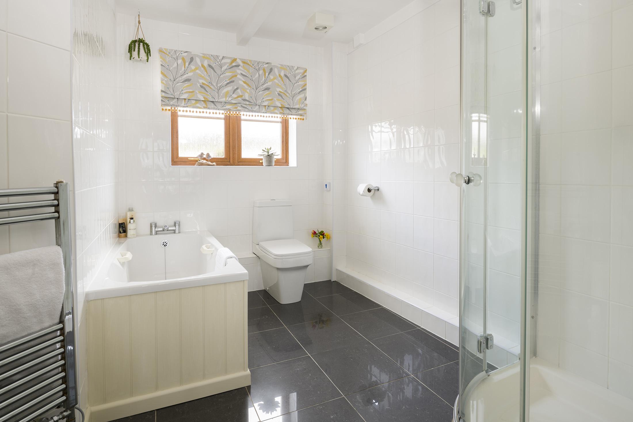 tregongeeves-farm-cottage-swallow-bathroom